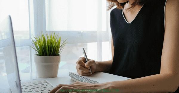 girl artist blogging
